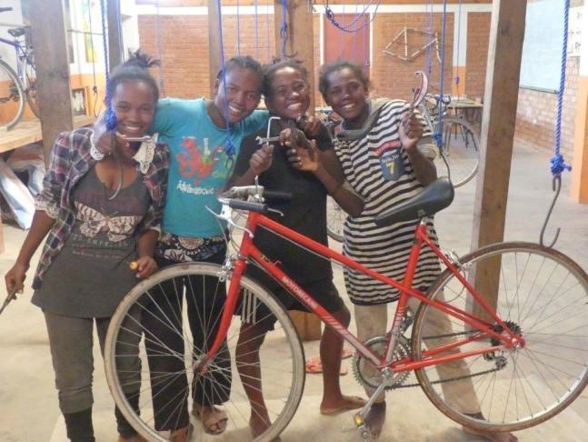 Des jeunes ont obtenu un brevet de réparatrices de vélo