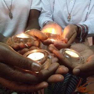 lumières, qui symbolisent la vie donnée à Dieu