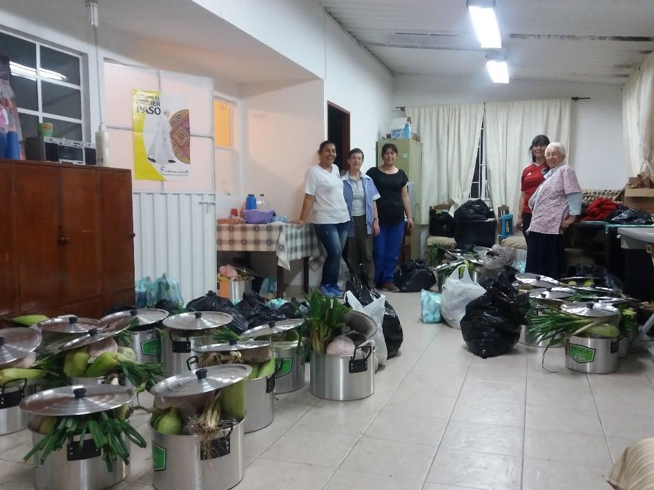 """Les petites soeurs de l'Assoption ont organisé avec les femmes de l'association """"creaciones vivir"""" un partage pour Noel"""